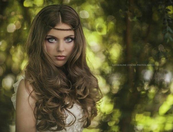 Фото Девушка с пышными волосами стоит на фоне деревьев, фотограф Katherline Lyndia / Катерляйн Линдиа